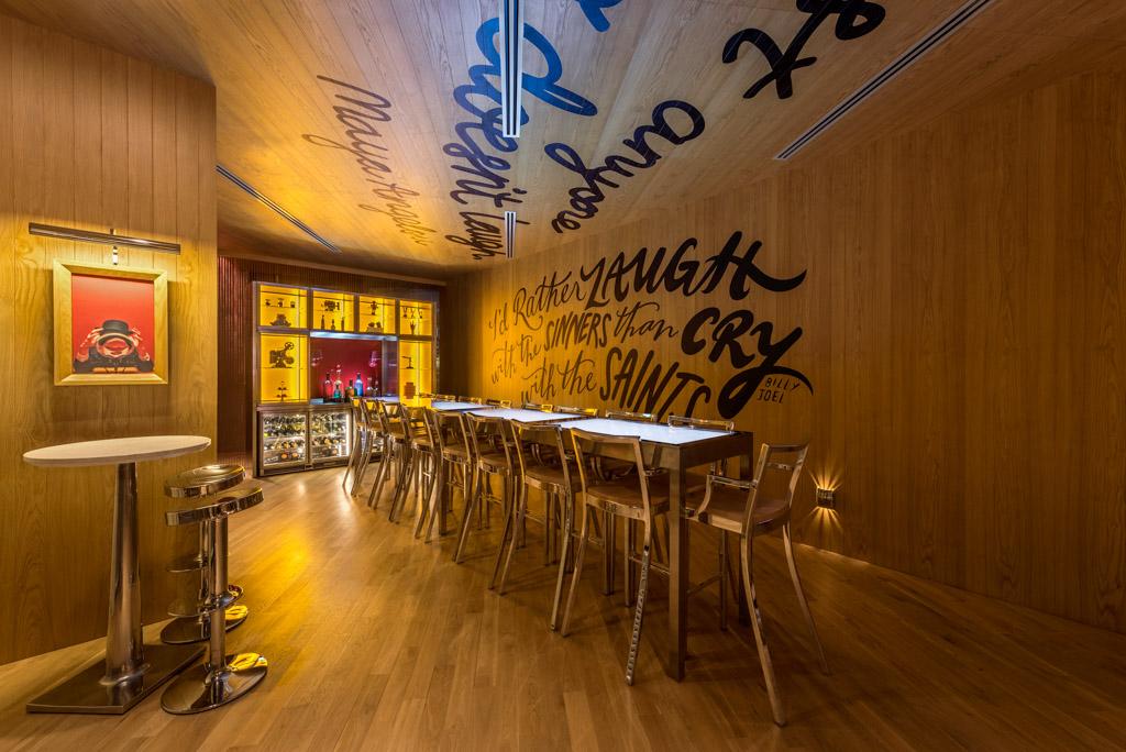 Le design du LAUGH, l'un des restaurants-bars de l'hôtel, n'est pas sans rappeler le travail de Starck au Mama Shelter